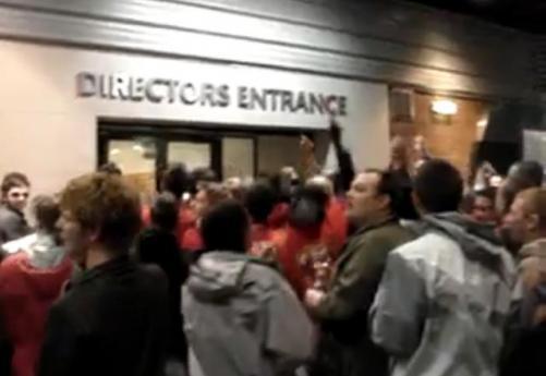 ManU taraftarı kulübü bastı! (VİDEO)